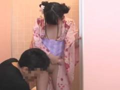 お祭り帰りにトイレに寄ったJSロリ娘が男に襲われ中出しレ●プされる!