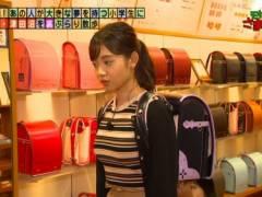 田中瞳アナがランドセル背負ってムチムチの美乳そうなエロおっぱいの形が浮き彫りキャプ!テレビ東京女子アナ