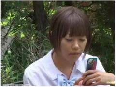 【パンティ盗撮】なんと官能的な性犯罪事件!携帯電話に夢中の学校帰りの女子高生のパンチラです。