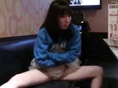 【一人エッチの動画】女子校生がおじさんの目の前でクチュクチュエッチな音を立てながらオナニーを披露しちゃう!