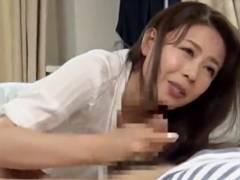【三浦恵理子】力を抜いて…気持ちよかったらガマンせずに声を出していいのよ♪イヤらしく息子のチンポをしゃぶるお母さん