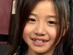 クッキリ二重に八重歯が可愛すぎる10歳JSジュニアアイドル桜木ひなちゃん、マングリでモリマンスジ全開wwww