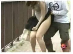 【盗撮+パンチラ+スカートめくり】これはやばい!通行人のお姉さんに忍び寄ってミニスカートをスカートめくりして逃げるおっさんです。