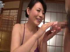 三浦恵理子 宿泊客を淫語手コキでじっくり犯してくれる妖艶熟女な巨乳女将さん!
