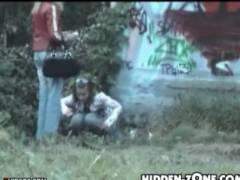 【おしっこ】本当に猥褻な野良ションを隠し撮りです!草むらでお姉さんが放尿していました。