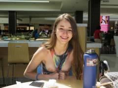 【パイ見せ痴女】スーパーやレストラン店内で彼氏におっぱい見せる外人ネキ、キュートな笑顔に勃起不可避wwwwwww(画像30枚)