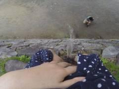 「オシッコなう」マジキチ女が野外放尿してる光景がコレ。。(画像あり)