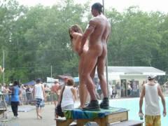 【露出イベント】本場アメリカで開催された野外ストリップイベント、普通にセックスしてる奴いて草wwwwwww(画像あり)