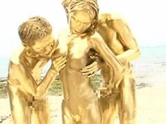 辻本りょう これは狂ってる…。金粉まみれでビーチ3Pセックス!