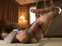 素人の熟女人妻が全身緊縛されて宙吊りされお仕置きされています