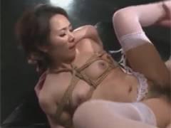 尾崎佐羽 美熟女緊縛4P!イラマチオされながらオマ○コとアナルF!