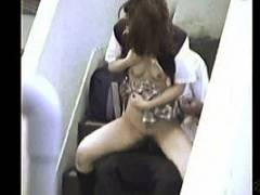 【青姦+女子高生+盗撮】何と危険な発情した学校帰りの高校生カップル!階段でやってしまいます