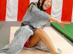 温泉宿にいたお姉さんがだるまさんが転んだに挑戦!転倒して浴衣からパンツが見えてしまう