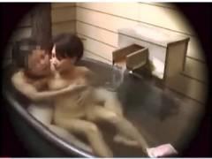 【風呂】これは危ない家族風呂!彼氏のデカチンが勃起してます。