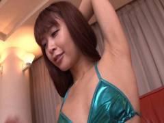 Maika 綺麗なお姉さんの脇をじっくり堪能する変態フェチ映像!匂いを嗅いで舐めて脇コキで悶える