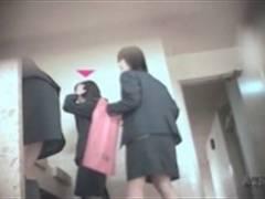 トイレ隠し撮り! 看護学生が和式便所でプリケツ晒しながら排尿する姿を激写!