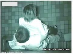 【バカップル盗撮】大学の帰りに公園でデートしてる淫乱女子大生!彼氏と立ったままセックスしてしまいます。