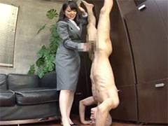 男を逆立ちにさせて変態ペニスをしごきまくる熟女上司の寸止め手コキ責め!