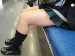 【隠し撮りの個人映像】生足が丸見えのミニスカートJKは今日も僕らのオナニーのオカズですwww