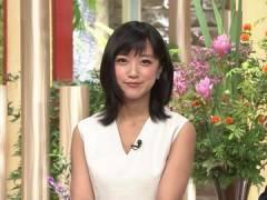 竹内由恵アナ、前かがみで胸元チラ見え。