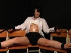 パンツとおっぱい丸出しで拘束された美少女JKがくすぐりプレイにガチ悶絶 上原亜衣
