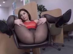 【パンスト】オフィスでスケスケ衣装にノーパンパンストで開脚する美人女性【ストッキング】