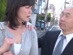 バスの中で身体を触ってきた男にナンパされハメ撮りまでされてしまう熟女。 円城ひとみ