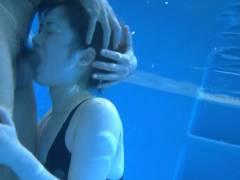 水中で撮った全裸ヌードやセックスエロ画像34枚