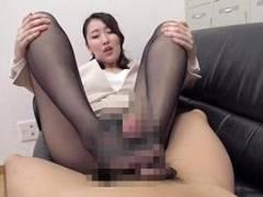 伊東真緒 美女OLが黒パンストで足コキ!手コキフェラもしてくる痴女っぷりがエロい!