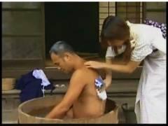 【おっぱい】ヘンリー塚本・田舎の豪商の召使いになった美人!たらい風呂で背中を流します。