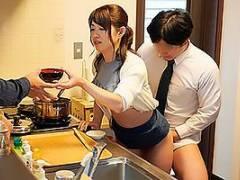 山口菜穂 自分の家族とセックスしまくる熟女母!食事の用意をしながら立ちバックでガン突きされる