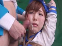 佐倉絆 コスプレ姿のままロープで縛られてまるでオナホのように無理矢理チンポをしゃぶらされる美少女