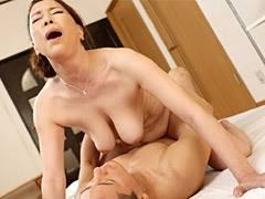 青井マリ 旦那とセックスレスの巨乳妻(五十路)が若い青年を自宅に招いて不倫!