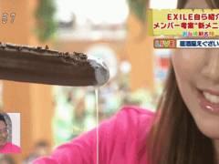 女子アナがオカズを食べてオカズにされるフェラ顔GIF