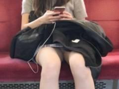電車パンチラ スマホ、居眠りで隙だらけの女のパンチラ撮影余裕ですわwwww
