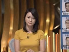 小川彩佳アナ、ピッチピチな胸元がアップになってしまう。