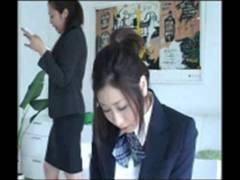 ヘマを犯した制服学生がキレた女教師に尻をスパンキングされる体罰映像