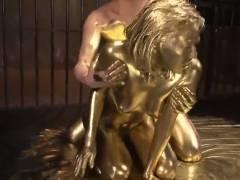 【金粉セックス】全身をゴールドに仕上げられた女を…