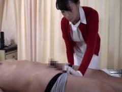 巨乳な熟女看護師が患者のカラダを拭いていくうちに勃起しちゃったチンポにエッチな眼差しを向けて