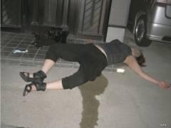 【失禁おもらしスカトロ画像】酔ってる今がチャンスとばかりに泥酔お姉さんを素っ裸にしたいww