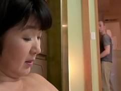 【近新相関無料動画】お風呂場でオナニーをしている母を見つけてしまった思春期の息子が初めて観る女性の性器に興奮を抑えられずに・・・。