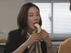 吉田羊がバナナ咥えてエロい擬似フェラチオ食べ顔キャプ!