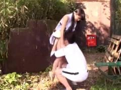 【JC ロリ動画】野外で女の子にイタズラする変態おやじ!パイパンのおまんこを指で弄るw