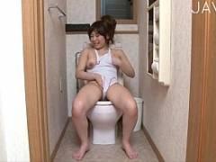 【アイドル 芸能人】むっちり巨乳の白競泳美少女がトイレオナニー&玩具責め
