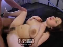 爆乳の上原ひなのが母乳を漏らしながらのセックスでパイズリ狭射