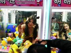 【エロ画像】台湾のクレーンゲーム、売上を上げる為に美女を入れてみるwwwwww