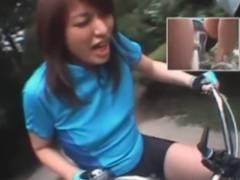 お姉さんが漕ぐ度に膣の中へ異物が出入りするチャリに乗って屋外を爆走させる企画動画
