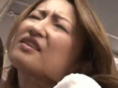 【吹石れな】 狙われた巨乳の熟女妻が拒みながらも満員電車内で触られ放題。 乳首もマ○コも丸出し、素股にフェラチオ、パイズリ、エロ三昧。
