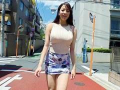 【超乳】性的な雰囲気を周囲にばら撒くR18的な歩く痴女!街行く男の視線を独り占めにする108センチのグニョグニョお乳