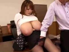 【エロ動画】どれだけ揉んでも持て余してしまうHitomiさんの超乳!